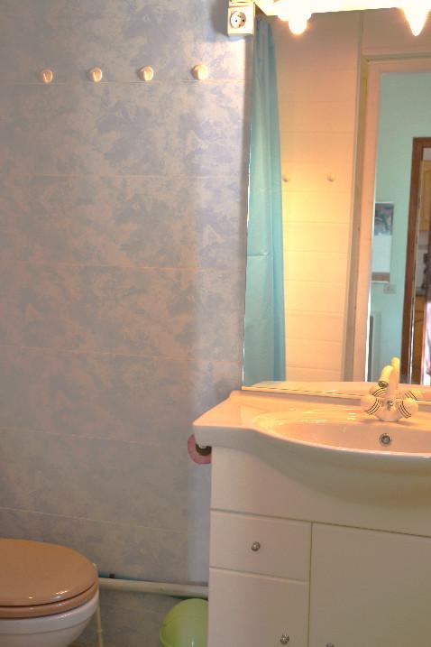 Une salle de douche complète