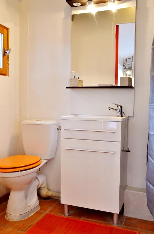 une salle de douche pratique