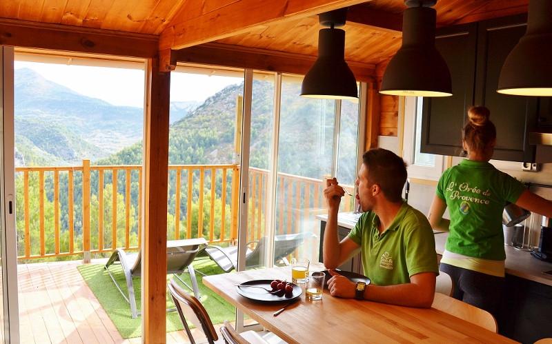 un espace cuisine salle à manger ouvert sur l'extérieur