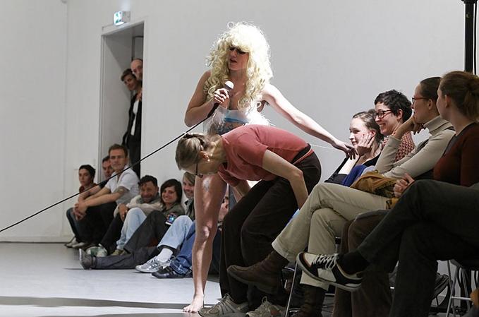 Vincent Riebeek en Florentina Holzinger – Kein applaus für Scheisse