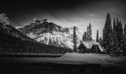 emerald-lake-cabin-yoho-national-park.jp