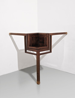 TABLE WITH THREE LEGS