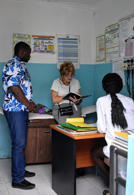 Diane Hamrick with hospital staff
