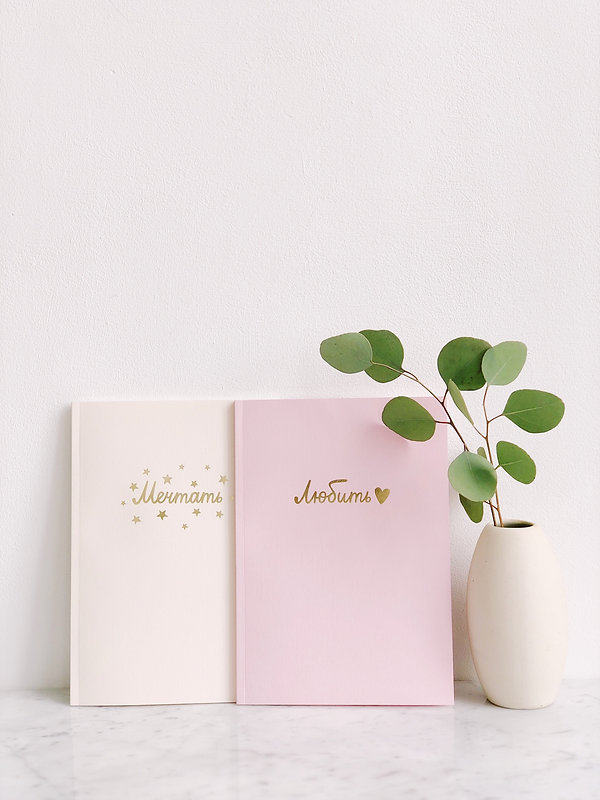 green-leaf-plant-beside-two-pink-and-whi