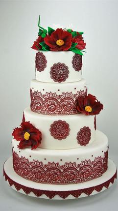 Hochzeitstorte mit roten Spitzen und Zuc