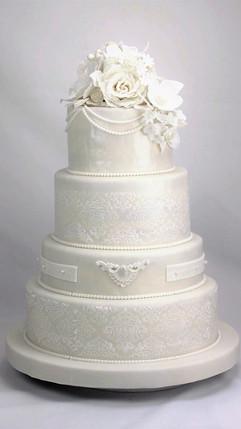 Hochzeitstorte_Weiß_in_Weiß_mit_.jpg
