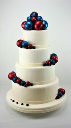 Hochzeitstorte mit bunten, geblasenen Zu