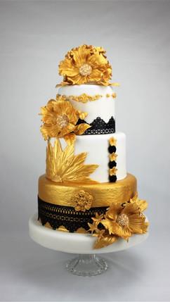 Hochzeitstorte mit Goldenen Blumen.jpg