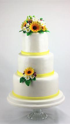 Sommerliche Hochzeitstorte mit Sonnenblu
