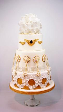 Hochzeitstorte_Weiß_Gold.jpg