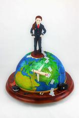 Motivtorte Pilotin auf Weltkugel