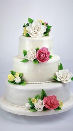 Klassische Hochzeitstorte mit Blumen.jpg