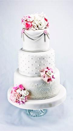 Klassische_Hochzeitstorte_mit_Rosa_und_w