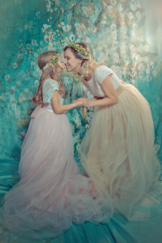 Herečka Júlia Horváthová RUžičková so svojou dcérkou, ktoré si dávajú nosový bozk, fotografia je pastelová, fotená v atelieri, na hlave majú venčeky z dielne Magaela