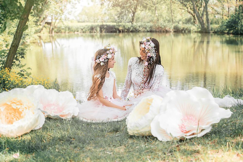 Mama s dcérou sediace pri jazierku, fotka vznikla pre otca ako darček k narodeninám, na hlave majíú venčeky z dielne Magaela, nadrozmerné kvietky na pastelovej fotke do zeleno-ružova sú z dielne EternalFlowers