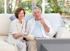 idosos-assistindo-tv-em-casa_13339-16466
