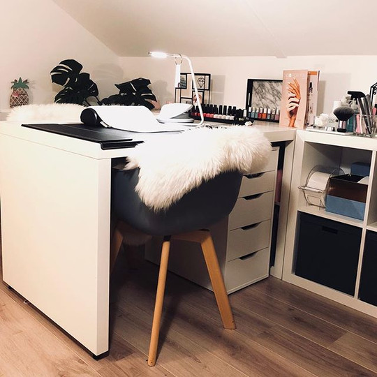 The cosy manicure table