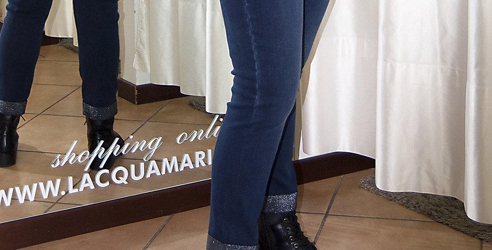 Jeans elasticizzato con bordo finale
