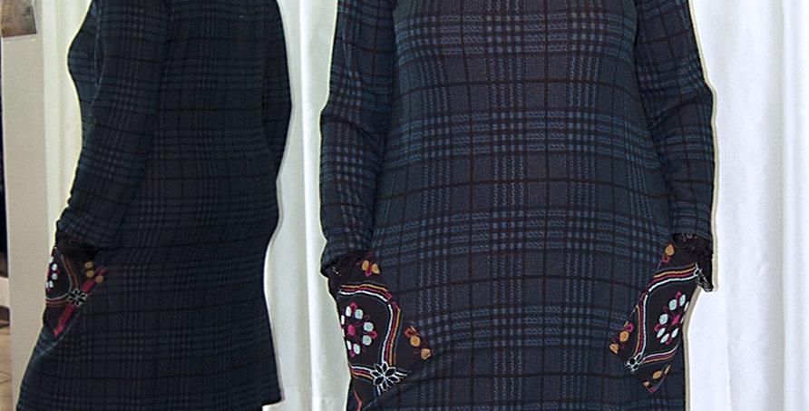 Abito in maglia scozzese con tasche fantasia in contrasto