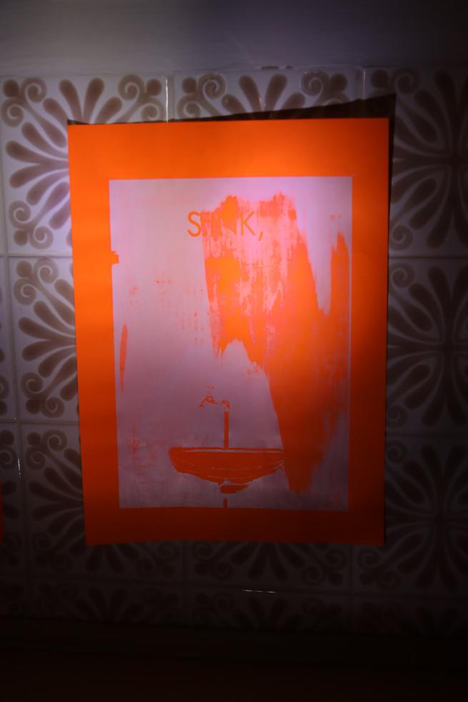 S.INK, Siebdruck, 2013, Installationsansicht im Bad, Bewegungsmelder