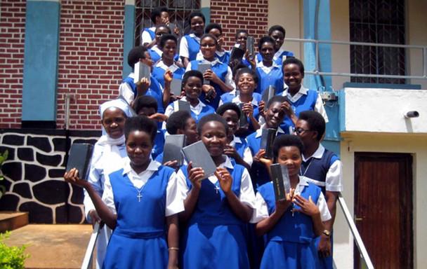 92 Irmãs de Bene-Mariya, recebem livros de oração na Tanzânia