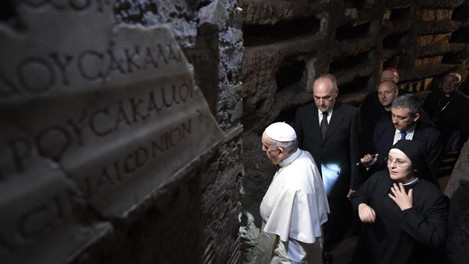 """Nas catacumbas, Papa recorda dos cristãos perseguidos, """"mais do que nos primeiros séculos"""""""