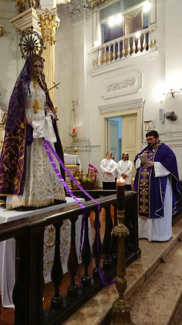 O Setenário à Nossa Senhora das Dores começa com a primeira vela acesa pela mãe de Marielle Franco.