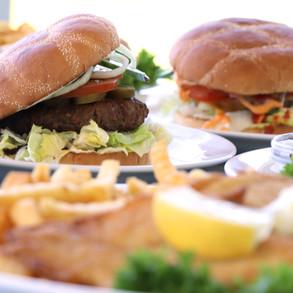 Burger og fiskefilet med pommes frites