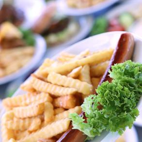 Grillpølse med pommes frites