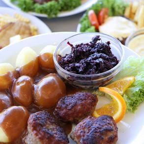 Frikadeller med rødkål, kartofler og sov