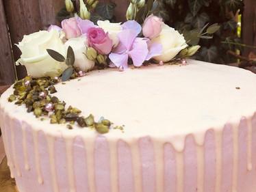 Dripcake_mit_Blüten_und_Perlen_in_Rosé