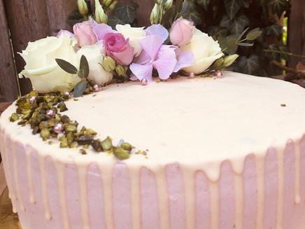 Dripcake mit Blüten und Perlen in Rosa