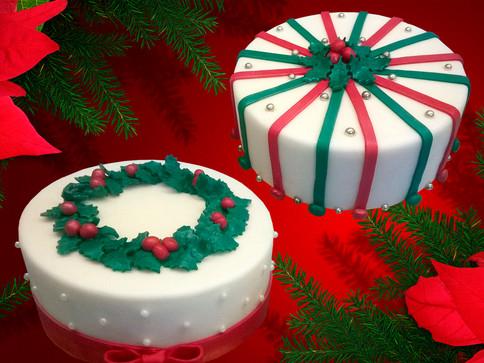 Weihnachtstorte mit Kranz oder Bändern