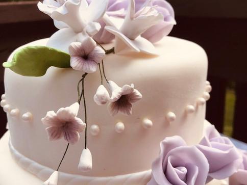 Hochzeitstorte mit Perlen und Orchideen