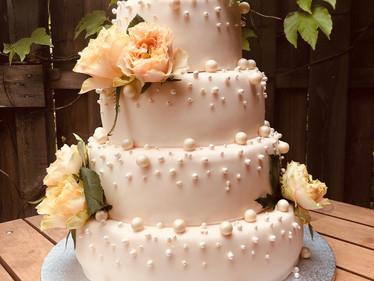 Hochzeitstorte mit Perlen & Rosen
