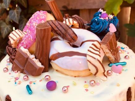 Torte mit Donuts und Schoki