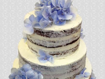 naked cake mit blauen Hortensien
