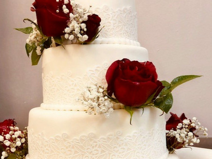 Hochzeitstorte Vintage mit Rosen in Bordeauxin Bord