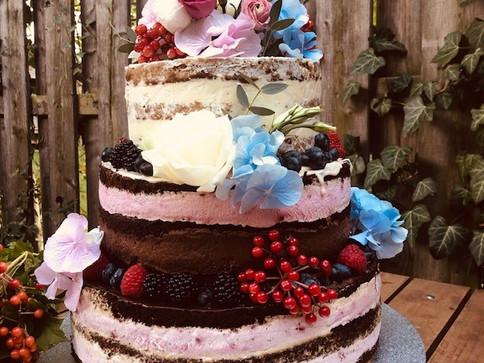 naked_cake_mit_Beeren_und_Blüten_2.jpg