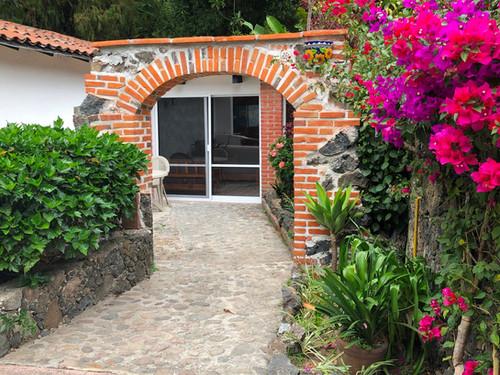 Hospedate en una Cabaña con Alberca y frente al Bosque en Tepoztlán
