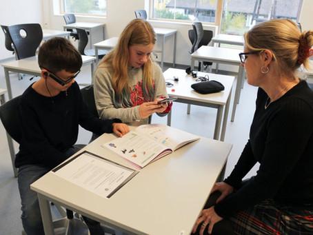 Østlandets Blad: Dyslektikere på Rustad skole bruker ny brilleteknologi for å holde samme lesetempo.
