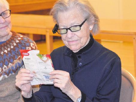 Sandefjord Blad: Her leser blinde Gerd (78) takket være kunstig, bærbart syn - HELT FANTASTISK!