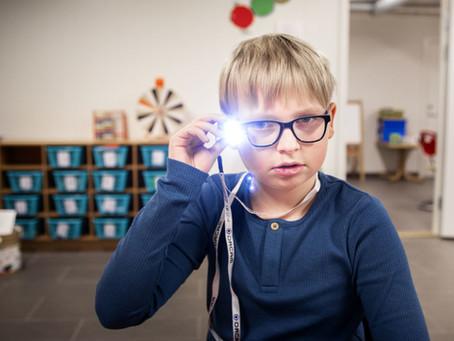 Utdanningsnytt: Ved hjelp av et kamera festet til brillen har Sigurd (9) lært å lese