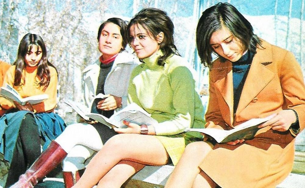 Alunas da Universidade de Teerã, antes da Revolução Iraniana: sem a obrigatoriedade do véu, elas vestem minissaias e usam roupas da moda. A Universidade em questão, a propósito, foi uma das primeiras do mundo a abrir as portas para as mulheres, já em 1934, bem antes das universidades americanas (Kaveh Farrokh/Foreign Policy)
