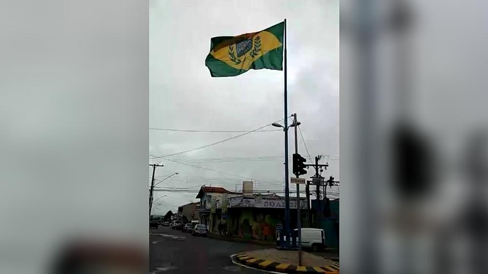 A bandeira, antes de ser removida pela Prefeitura de Cerquilho (Reprodução/Facebook)