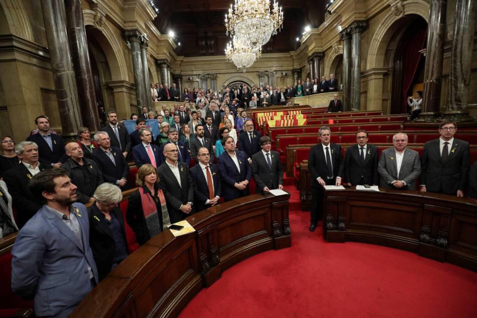 O ex-presidente da Catalunha, Carles Puigdemont (centro), durante sessão do parlamento da Catalunha. Espanha abre processo contra líderes catalães destituídos por rebelião
