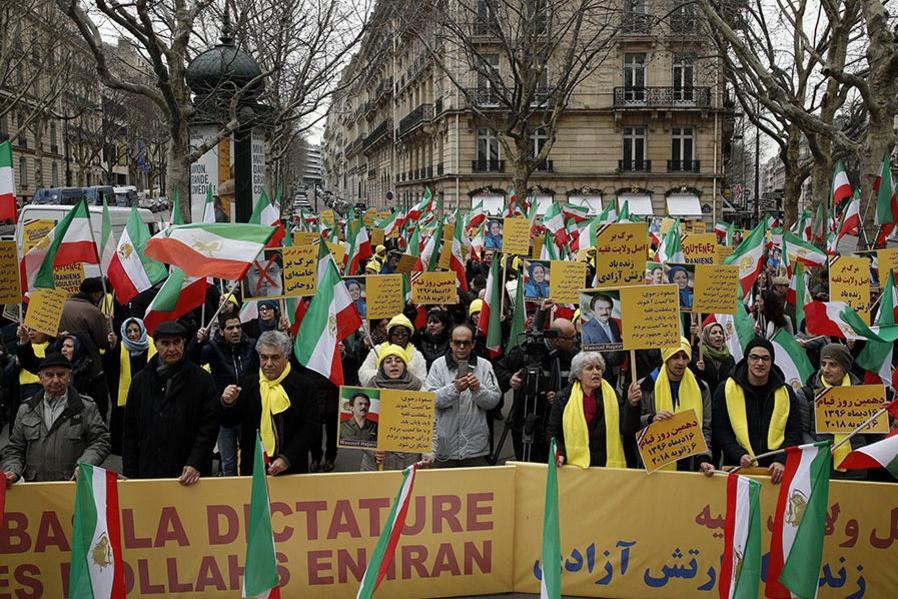 """Monarquistas iranianos protestam em Paris pela queda da """"ditadura dos mulás"""""""