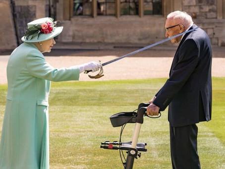 Rainha Elizabeth deixa confinamento para homenagear idoso que arrecadou doações