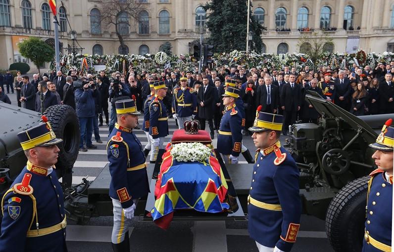 O caixão do Rei Miguel, com a Coroa da Romênia