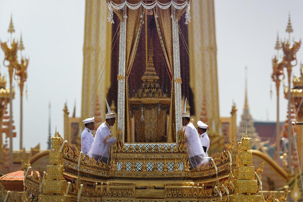Carruagem com a urna real com o corpo do rei Bhumibol da Tailândia chega a local de cremação (Foto: Reuters/Athit Perawongmetha)